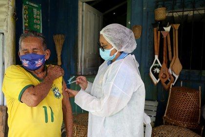 Raimundo Araujo, de años 90, es vacunado en Manaos (Reuters)