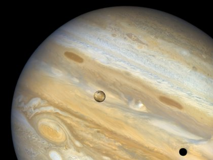 Imagen de Io pasando frente a Júpiter, tomada por la nave espacial Voyager 1 en 1979. (NASA/JET PROPULSION LABORATORY/IAN REGAN)
