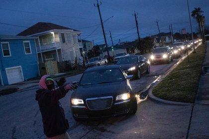 Residentes de Galveston hacen fila para entrar a refugios para evitar congelarse de frío en sus hogares maltrechos (REUTERS/Adrees Latif)