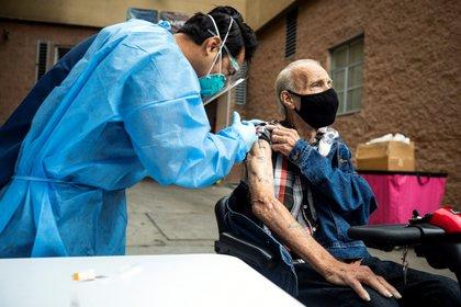 Hasta el momento, cerca de 40 millones de estadounidenses, un 12 % de la población total, han recibido al menos una dosis de la vacuna contra la covid-19, de los que unos 15 millones también han recibido la segunda dosis. EFE/EPA/ETIENNE LAURENT/Archivo