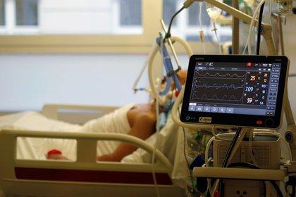 Un hombre con COVID-19 es tratado en la Unidad de Cuidados Intensivos (UCI) en el hospital La Timone de Marsella en Francia, 8 de febrero de 2021. REUTERS/Eric Gaillard