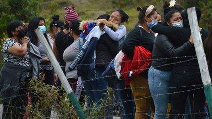 Familiares de prisioneros frente al penal de Cuenca (Boris Romoleroux/API via AP)