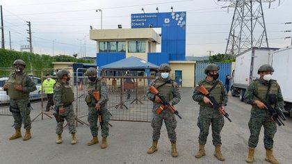 Miembros de la Fuerza Marítima Ecuatoriana custodian el Centro de Privación de Libertad de la Zona 8 en Guayaquil, Ecuador, el 23 de febrero de 2021 (Foto de Marcos Pin Mendez / AFP)