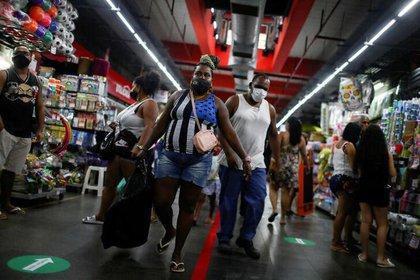 Gente con mascarillas en el Mercado de Madureira en Rio de Janeiro (REUTERS/Pilar Olivares/Archivo)