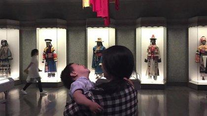 Zou Xiaoqi se ha convertido en una fuente de apoyo para las madres solteras desde que comenzó a hacer campaña por sus derechos por maternidad. Advirtió que el estigma cultural en torno a ser madre soltera sigue siendo muy intenso (AP)