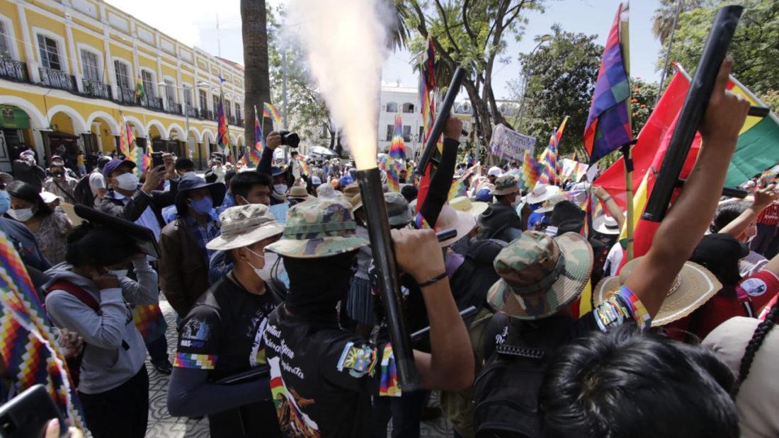 Un grupo juvenil afín al MAS muestra armas en la plaza 14 de Septiembre de Cochabamba. APG
