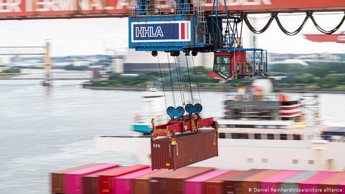 Una de las grúas de contenedores en el Puerto de Hamburgo, en una imagen de archivo.