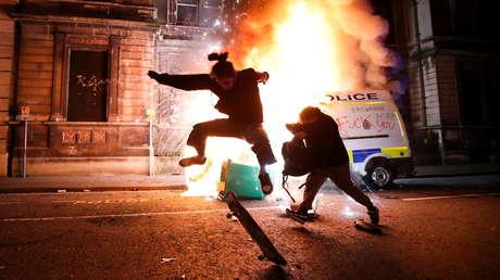 Choques entre manifestantes y policías en Inglaterra dejan varios agentes heridos y vehículos policiales en llamas (VIDEOS)