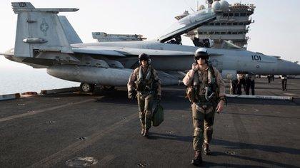 """Pilotos de la Marina de la unidad """"Red Rippers"""" VFA-11 en el portaaviones Theodore Roosevelt en 2015. Integrantes de ese escuadrón empezaron a ver objetos extraños después de la actualización de los sistemas de radar. (Adam Ferguson para The New York Times)"""