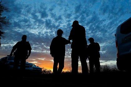 Más de 3,200 niños migrantes que han llegado a Estados Unidos sin compañía de su padre o tutor legal permanecen bajo custodia de la Patrulla Fronteriza y unos 1, 400 de ellos han estado detenidos más allá del límite legal de tres días, informaron medios estadounidenses. Foto: (EFE/EPA/LARRY W. SMITH)