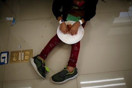 Una niña migrante de Centroamérica come dentro de la oficina del Centro de Atención Integral al Migrante (CAIM) luego de ser deportada con su madre de Estados Unidos, en Ciudad Juárez, México 15 de marzo de 2021 Foto: REUTERS/Jose Luis Gonzalez