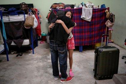 Pedro Luis Ruiz, un migrante de Cuba bajo el programa de Protocolos de Protección al Migrante (MPP), se despide con un abrazo de un amigo migrante dentro del albergue El Buen Samaritano antes de ser trasladado para continuar con su solicitud de asilo en los Estados Unidos, en Ciudad Juárez, México el 11 de marzo, 2021 Foto: (REUTERS/Jose Luis Gonzalez)