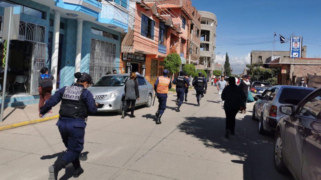 Varios guardias municipales corren al sitio del accidente en Sacaba.