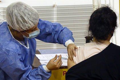 La vacunación contra el Covid viene demorada en el país por la falta de entrega de las dosis prometidas. Ante la llegada del otoño, aún hay muchas personas mayores que no se inmunizaron, y que deberán seguir los cuidados por la posibilidad de contagiarse. Igualmente, los expertos advierten que los barbijos deben seguir siendo usados por vacunados porque aún se pueden contagiar y transmitir a otros / EFE/ Enrique García Medina/Archivo