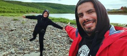 Nahuel junto a su pareja Katri. Juntos recorren Finlandia y le muestran sus paisajes naturales al mundo desde las redes sociales de LandingDos