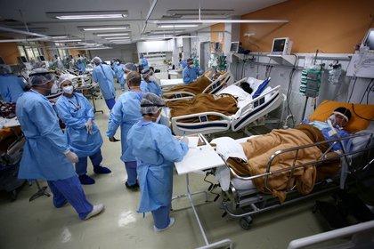 FOTO DE ARCHIVO. Trabajadores sanitarios atienden a los pacientes en la sala de emergencias del hospital Nossa Senhora da Conceicao, que está masificado debido al brote de la enfermedad por coronavirus, en Porto Alegre, Brasil (REUTERS/Diego Vara)