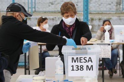 Pese a que el Gobierno dice tener todo listo para las mega elecciones del 10 y 11 de abril que determinará a los integrantes de la Convención Constituyente que redactará la nueva Constitución, cada vez toma más fuerza la idea de posponerlas debido a la compleja situación sanitaria por la pandemia
