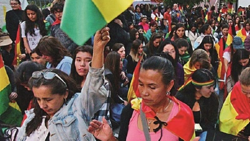 Activistas y Juan Quintana chocan en dura polémica