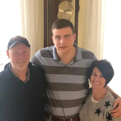 Ryan Lowry, centro, con sus padres, Rob Lowry, 57, y Tracy Lowry, 55 (Foto: Washington Post)