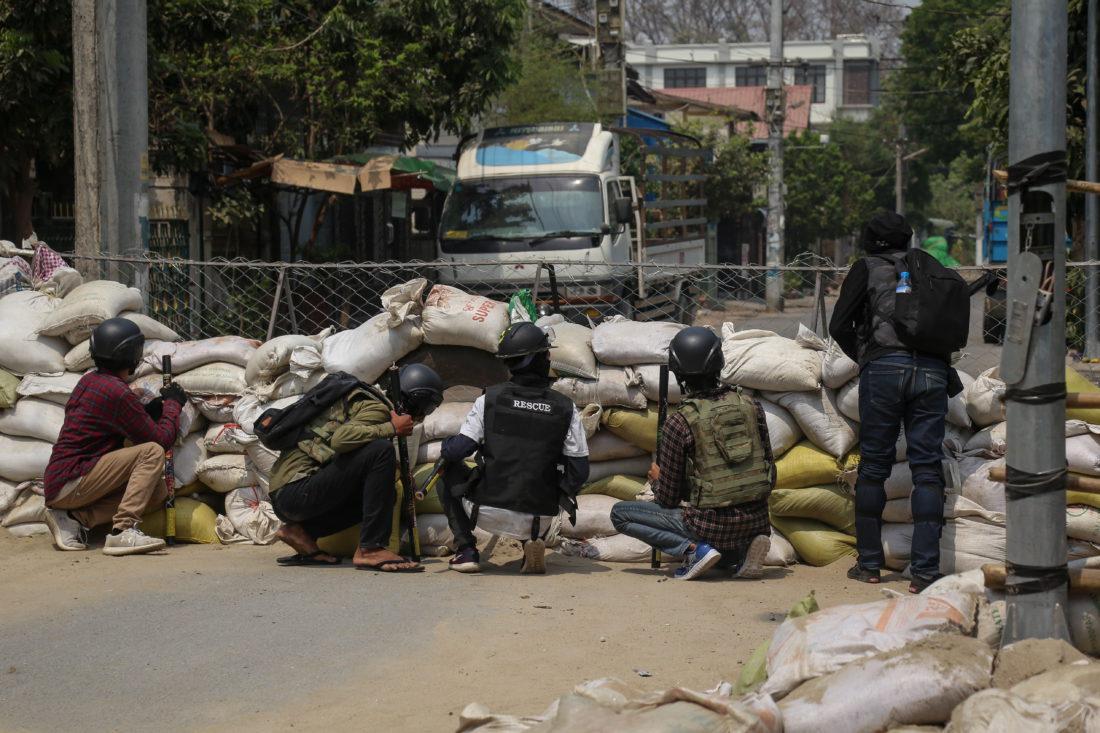 Manifestantes detrás de una trinchera en Mandalay, Birmania.
