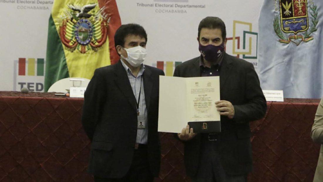 El alcalde electo de Cochabamba, Manfred Reyes Villa junto al presidente del TED Humberto Valenzuela. APG