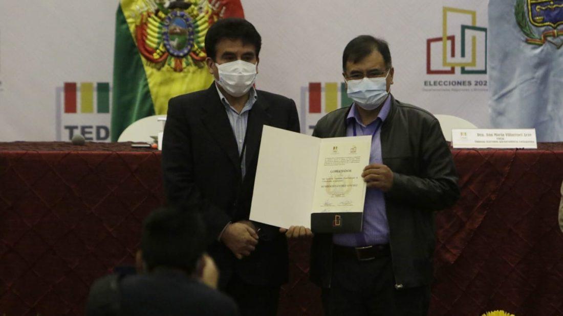 El Gobernador electo de Cochabamba, Humberto Sánchez, recibe su credencial. APG