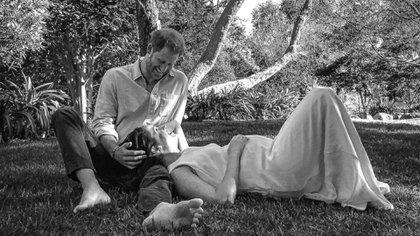 El príncipe Harry y Meghan Markle anunciaron su segundo embarazo con una foto tomada en el jardín de su mansión de Los Ángeles