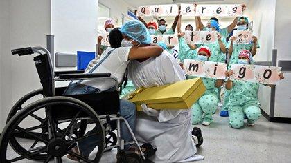 Joven pide matrimonio a su novia luego de que esta durara 21 dias en coma en Cali (Photo by Luis ROBAYO / AFP)