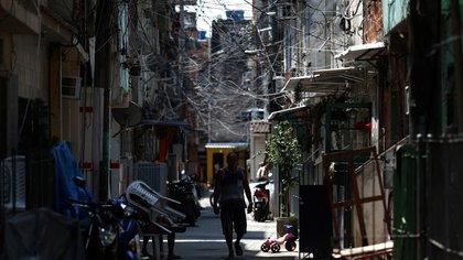 Un hombre camina en la favela da Maré en Rio de Janeiro en plena pandemia de coronavirus (EFE/ Fabio Motta/Archivo)