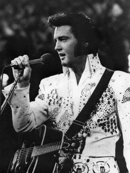 Luis Miguel llegó a estrenar vestuarios similares a los que usaba el cantante estadounidense Elvis Presley (Foto: EFE/Archivo)