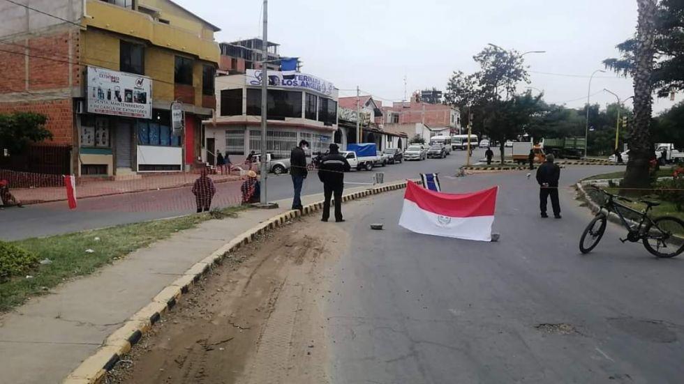 Padres de familia bloquean diferentes puntos de Tarija en retraso al pago bono del desayuno escolar