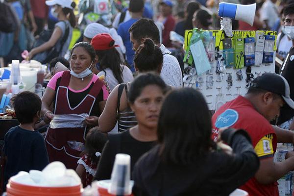 Aglomeración de personas en un mercado de Santa Cruz, muchos no utilizan el barbijo de manera adecuada Foto: APG