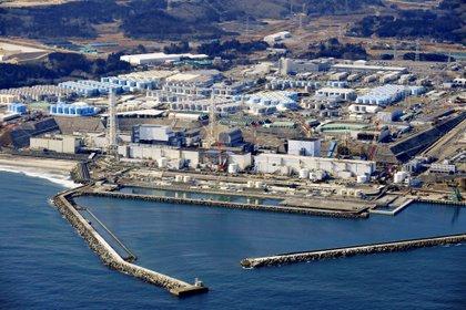 Vista aérea de la zona de alamcenamiento, a metros del mar en la prefectura de Fukushima (Reuters)