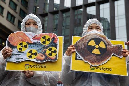 Miembros de un grupo ambientalista realizan una protesta contra la liberación de agua radiactiva en el océano desde la Central Nuclear de Fukushima; cerca de la embajada japonesa en Seúl, Corea del Sur, 13 de abril de 2021. EFE/EPA/JEON HEON-KYUN