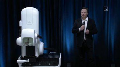 Elon Musk junto al robot que se utilizaría en las cirugías para insertar los chips