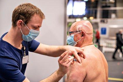 Un trabajador de salud vacuna contra el coronavirus a un hombre en Frederikshavn, Jutland, Dinamarca. Henning Bagger/ Ritzau Scanpix/via REUTERS