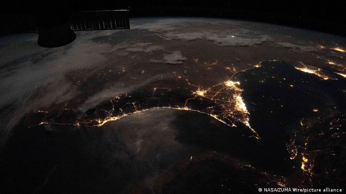 Emiratos Árabes Unidos fotografiado desde la Estación Espacial Internacional (centro, derecha)
