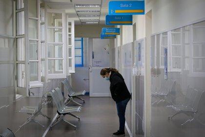 Una mujer espera en un pasillo del área de Cuidados Intermedios del Hospital Público de Rivera, el 30 de marzo de 2021 en Rivera (Uruguay). EFE/Raúl Martínez/Archivo