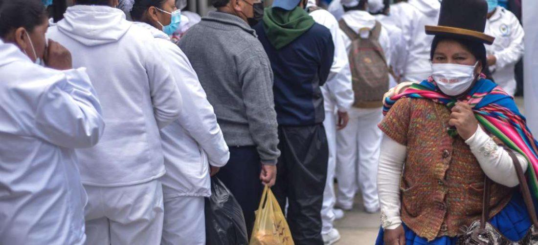 Foto ABI: personas esperando pruebas de coronavirus en Bolivia