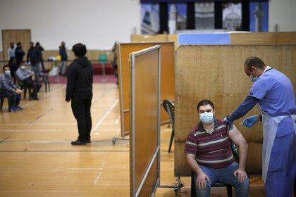 Un hombre recibe una inyección con una dosis de la vacuna contra el coronavirus de AstraZeneca, en un centro de vacunación en la mezquita Baitul Futuh, en medio del brote de la enfermedad por coronavirus (COVID-19), en Londres, Gran Bretaña, el 28 de marzo de 2021. REUTERS / Henry Nicholls