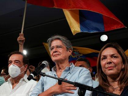 Lasso junto a su esposa María de Lourdes Alcivar y el ex alcalde de Guayaquil Jaime Nebot tras ganar la segunda vuelta presidencial, en Guayaquil, Ecuador, el 11 de abril de 2021 (REUTERS/Maria Fernanda Landin)