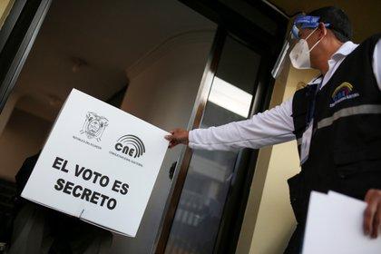 Un miembro del Consejo Nacional Electoral sostiene material electoral como parte de un programa para que las personas con discapacidades voten antes de la segunda vuelta en las elecciones presidenciales (REUTERS/Luisa González)