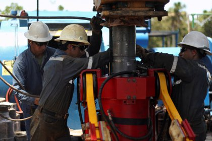 Técnicos petroleros trabajan con un taladro en una plataforma de la empresa estatal ecuatoriana Petroamazonas, en Tiputini (REUTERS/Daniel Tapia/File Photo)