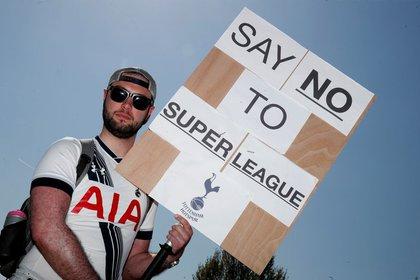 Hinchas de distintos clubes se han manifestado en contra de este nuevo torneo (REUTERS/Matthew Childs)