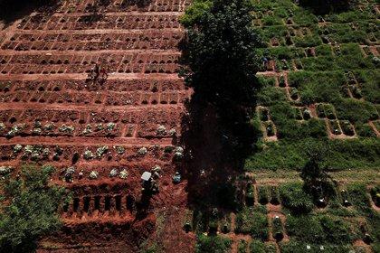 Foto de un cementerio en Brasil en abril de 2021. REUTERS/Amanda Perobelli