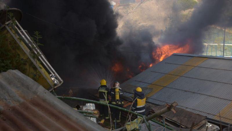 Dirección de Mantenimiento edil se incendia en la avenida Zavaleta