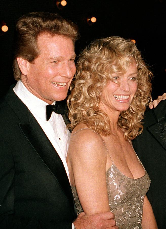 Ryan O'Neal y Farrah Fawcett en 1989.