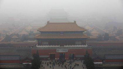 """El """"esmog"""" o niebla mezclada con humo y partículas en suspensión cae sobre la Ciudad Prohibida de Pekín, China (EFE)"""