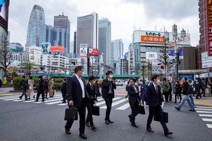 Imagen de archivo de peatones con mascarillas caminando por la calle durante la pandemia de COVID-19 en el distrito de Shinjuku en Tokio, Japón. 6 de abril, 2021. REUTERS/Androniki Christodoulou/Archivo