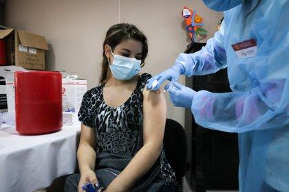 Una mujer recibe una vacuna contra el covid-19 el 31 de marzo de 2021 en el Hospital Público de Rivera, en Rivera (Uruguay). EFE/ Raúl Martínez
